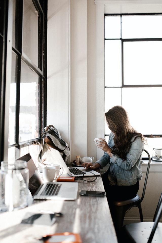 Menos viagens, mais café: pesquisa mostra hábitos de trabalho pós-pandemia