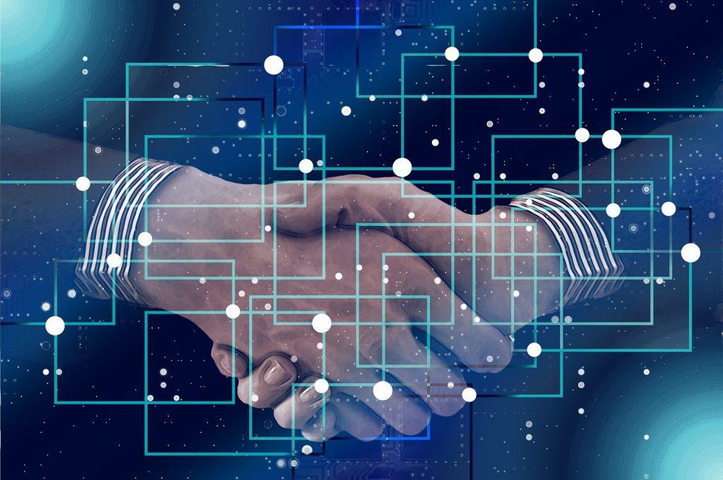 """Os contratos inteligentes ou """"smart contracts"""" são exemplos bastante relevantes de soluções criadas a partir da tecnologia blockchain"""